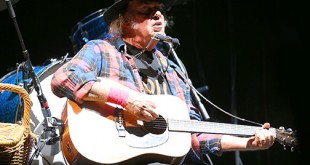 Neil Young plays at the Greek Theater in Berkeley, California, Saturday, Oct. 17, 2015. (© Daniel Gluskoter)