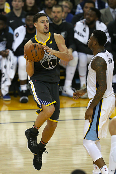 ©DANIEL GLUSKOTER  Klay Thompson of the Golden State Warriors drives to the basket during an NBA game against the Memphis Grizzlies on December 30, 2017 at Oracle in Oakland. Thompson finished with 21 points and five assists.