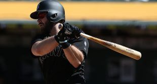 Longoria leads Giants past A's 5-4 to take Bay Bridge series